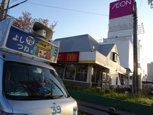 DSC09495街宣車とイオン上飯田店(400×300)